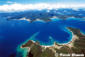 加計呂麻島上空から見た風景